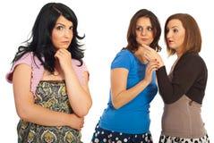 De vrouwen roddelen Stock Foto's