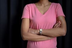 de vrouwen in roze voor borstkanker concentreren zich op gekruiste wapens Royalty-vrije Stock Foto