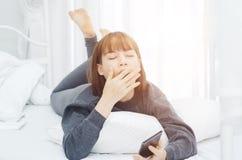 De vrouwen rusten en spelen mobiele telefoons stock foto