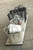De vrouwen ` s doet het winkelen manden voor verkoop in zakken die zich op raad op bevinden stock afbeeldingen