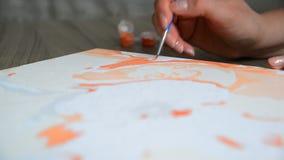 De vrouwen` s hand trekt het schilderen met een borstel en verven stock videobeelden