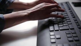 De vrouwen` s handen typen op een computertoetsenbord Jonge bedrijfsvrouw, freelancer werkend stock videobeelden