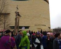 De vrouwen ` s Maart op Washington, Protesteerders verzamelen zich dichtbij het Nationale Museum van de Indiaan, Washington, geli Royalty-vrije Stock Foto