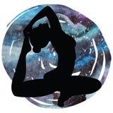 De vrouwen silhouetteren One-legged yoga van de koningsduif stelt Eka Pada Rajakapotasana Stock Afbeelding