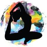 De vrouwen silhouetteren One-legged yoga van de koningsduif stelt Eka Pada Rajakapotasana Stock Foto's