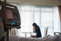 De vrouwen spannen en maakten zich voor haar vriend in bedgezondheidsvoorschrift ongerust in het ziekenhuisruimte Stock Fotografie