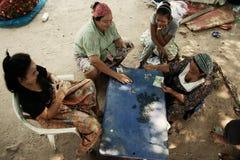 De vrouwen spelen domino's Royalty-vrije Stock Afbeeldingen