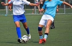 De vrouwen spelen voetbal royalty-vrije stock afbeeldingen