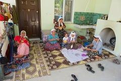 De vrouwen spinnen wol voor tapijtproductie in Karacahisar, Turkije Stock Fotografie