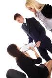 De vrouwen tonen in document aan bussinesmannen en vrouwen Stock Afbeelding