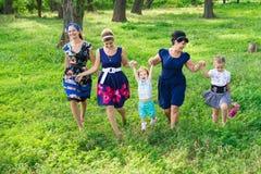 De vrouwen van alle leeftijden hebben samen pret Stock Foto's