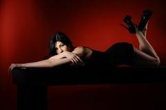 De vrouwen van de aantrekkingskracht met lang zwart haar Stock Foto