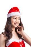 De vrouwen van de kerstman met zakken Schoonheid Aziatisch ModelGirl in Santa Hat geïsoleerd o Royalty-vrije Stock Foto