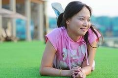 De vrouwen van de vlinder op gras Royalty-vrije Stock Foto's