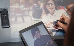 De vrouwen van fotoazië gebruiken elektronische hulpmiddelen Stock Foto