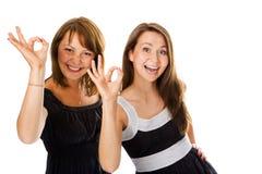 De vrouwen van het paar tonen teken o.k. Royalty-vrije Stock Afbeelding