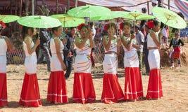 De Vrouwen van Jingpo met Parasols bij Festival Stock Afbeelding