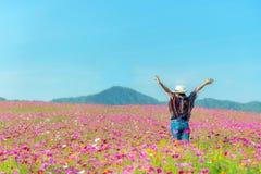 De vrouwen van de levensstijlreiziger heffen hand op vindend goed en gelukkige vrijheid op de aardthee ontspan stock foto