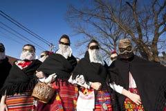 De vrouwen van 'Sokac' in masker en traditioneel kostuum in 'Busojaras' Royalty-vrije Stock Fotografie