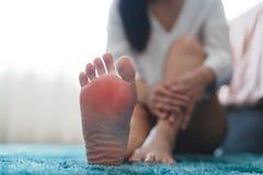 De vrouwen van de de verwondingspijn van de voetenkel raken haar pijnlijke voet, gezondheidszorg en geneeskundeconcept stock foto's
