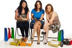 De vrouwen van vrienden het winkelen schoenen Stock Foto's