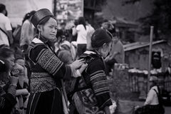 De vrouwen van zwarte Hmong van Cat Cat-dorp in Sapa Stock Afbeeldingen
