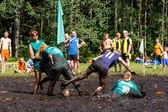De vrouwen vechten voor de bal in het Open Witrussische kampioenschap op moerasvoetbal Stock Foto