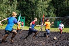 De vrouwen vechten voor de bal in het Open Witrussische kampioenschap op moerasvoetbal Royalty-vrije Stock Fotografie