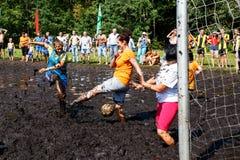 De vrouwen vechten voor de bal in het Open Witrussische kampioenschap op moerasvoetbal Stock Afbeelding