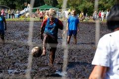 De vrouwen vechten voor de bal in het Open Witrussische kampioenschap op moerasvoetbal Stock Foto's