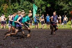 De vrouwen vechten voor de bal in het Open Witrussische kampioenschap op moerasvoetbal Stock Fotografie