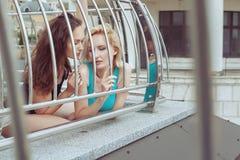 De vrouwen verborgen en flirt stock foto's