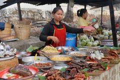 De vrouwen verkopen voedsel bij de straatmarkt in Luang Prabang, Laos Royalty-vrije Stock Foto's