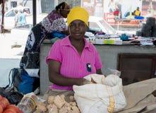De vrouwen verkopende stenen van de Acornhoekmarkt stock foto