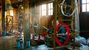 De vrouwen werken aan de oude textielfabriek Garenproductie stock video