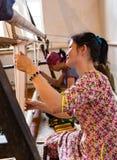 De vrouwen werken bij weefgetouwen in Kyrgyzstan Royalty-vrije Stock Afbeelding