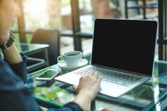 De vrouwen werken met computers in het bureau Stock Foto