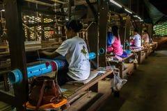 De vrouwen weven patronen met zijde in Kambodja Stock Fotografie