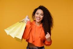 De vrouwen winkelen in de zomer zij een creditcard gebruikt en geniet van stock foto