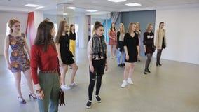 De vrouwen worden klaar voor modeshow in modelschool stock videobeelden