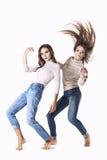 De vrouwen zijn twee modellen in modieuze kleren in jeans in de Nagel stock fotografie