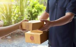 De vrouwen zullen pakketten van leveringsdeskundigen ontvangen stock afbeelding