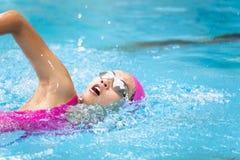 de vrouwen zwemt in de pool Stock Foto's