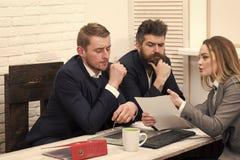 De vrouwenadvocaat verklaart termijnen van transactie Partners, zakenlieden op vergadering, bureauachtergrond Zaken stock afbeeldingen