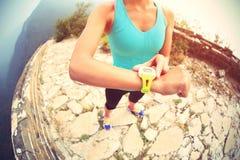 De vrouwenagent plaatste de sporten slim horloge Royalty-vrije Stock Foto's