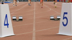 De vrouwenatleten beginnen en lopen stock video