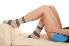 De vrouwenbenen leggen de blauwe sokken van de borrelsstreep stock afbeelding
