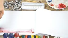 De vrouwenborstel stookt met kleur voor uw presentatie of tekst op notitieboekje op stock video