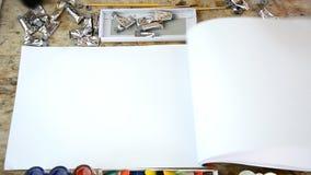 De vrouwenborstel stookt zonder kleur voor uw presentatie of tekst op notitieboekje op stock videobeelden