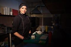 De vrouwenchef-kok bereidt verse sushi in de keuken van het restaurant voor royalty-vrije stock afbeelding